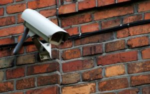 Quais os principais tipos de câmeras de segurança para condomínios?